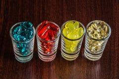 胶囊和片剂在小玻璃2 库存图片