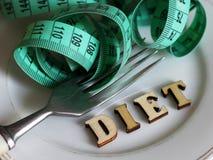胶囊和药片在板材有叉子、饮食和减重的 免版税库存照片