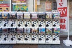 胶囊玩具自动售货机或Gashapon在日语 库存图片