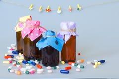 胶囊,片剂,人的疾病的治疗的糖衣杏仁的各种各样的剂量表 免版税库存照片
