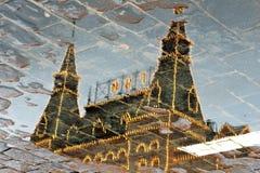 胶在莫斯科,俄罗斯 抽象反映水 免版税库存图片
