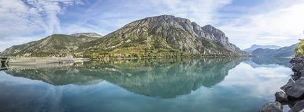 紫胶的de Serre Poncon监禁湖在阿尔卑斯 库存照片