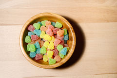 胶粘的在木头的熊糖果五颜六色的背景 库存照片