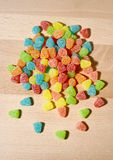 胶粘的在木头的熊糖果五颜六色的背景 免版税库存照片