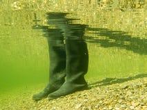 胶靴或gumboots水下在沙子地面 库存图片