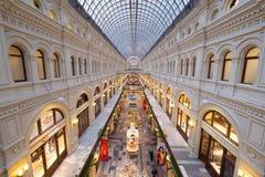 胶购物中心内部在红场的黄昏时间的 免版税库存照片
