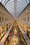 胶购物中心内部在红场的黄昏时间的 库存图片