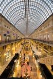 胶购物中心内部在红场的黄昏时间的 库存照片