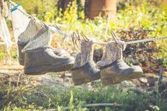 胶靴 秋天工作在庭院里 图库摄影