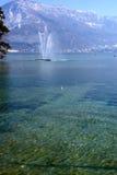 紫胶d'annecy法国清楚的水  库存照片