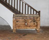 胸口在楼梯附近站立在成交圣尼古拉斯的教会里在城堡的在耶路撒冷旧城 Sighisoara市在罗马尼亚 库存照片