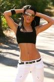 胸罩炫耀佩带妇女的太阳镜 库存图片