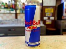 能在酒吧柜台的红色公牛能量饮料,准备好服务 库存照片