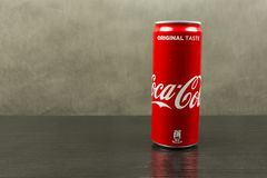 能在黑暗的背景的可口可乐樱桃 免版税库存照片