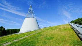 能承受的图书馆绿色屋顶上面德尔福特unversity的,在绿草的白色现代建筑学有bule天空背景 库存照片