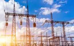 能源厂和变压器分站电池,与太阳的美丽的天空剪影在日落 免版税库存图片