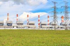 能源厂和高压输电线 免版税库存照片