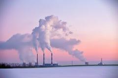 能源厂在晚上 库存照片