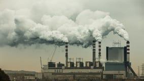 从能源厂或驻地烟囱抽烟 产业 免版税图库摄影