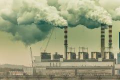 从能源厂或驻地烟囱抽烟 产业 免版税库存图片