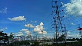 能源厂有一条电源线 库存照片