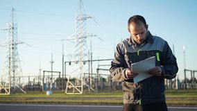 能源厂的一名工作者进行检查 股票录像