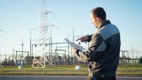 能源厂的一名工作者进行检查 影视素材