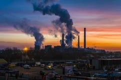 从能源厂的污染日出的 库存图片