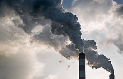 从能源厂的烟囱的烟 免版税图库摄影