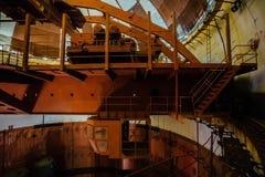 能源厂的被放弃的建筑桥式下面圆顶老生锈的工业极性转台式起重机  免版税库存照片