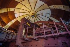 能源厂的被放弃的建筑桥式下面圆顶老生锈的工业极性转台式起重机  免版税图库摄影