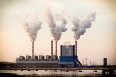 从能源厂驻地烟囱的烟  库存照片