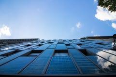 从能量太阳电池板的一个房子 免版税库存照片