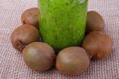 能量早晨与猕猴桃的绿色圆滑的人在一个白色桌布特写镜头 甜饮料或点心的新鲜的猕猴桃 免版税库存图片