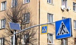 脉冲征兆的系统根据红绿灯的在太阳 太阳红绿灯电池和路标& x22; 十字架 库存图片
