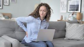 脊髓背部疼痛,当工作在创造性的办公室时的卷发妇女