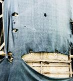 脏的与木constructure的葡萄酒老装饰在被撕毁的织品下 库存照片