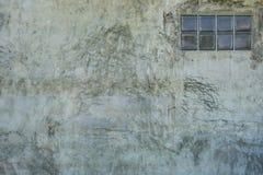 脏的具体纹理墙壁和大块玻璃 免版税库存照片