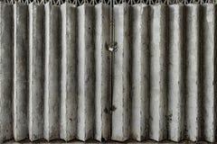 脏的折叠的金属门 库存图片