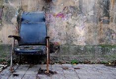 脏的椅子 库存照片
