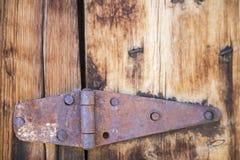 脏的生锈的门折页木头 免版税库存图片