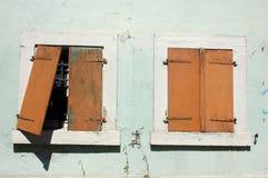 脏的老视窗 免版税库存照片
