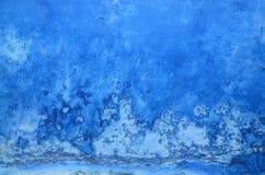 脏的蓝色墙壁背景 库存图片