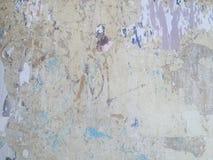 脏的被绘的剥的墙壁工业砖背景 免版税库存照片