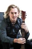 脏的音乐家和他的吉他 免版税库存照片