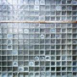 脏的玻璃街道墙壁的详细资料 库存图片