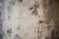 脏的破裂的水泥墙壁 免版税图库摄影