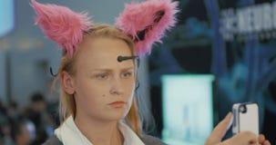 脑波受控猫耳朵的妇女 股票视频