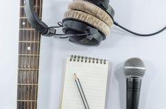 脖子在顶视图的吉他笔记本与音乐概念whitebackgr 免版税库存图片