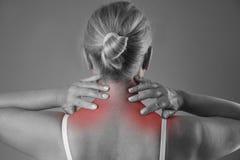 脖子痛,女性身体,在妇女` s身体的疼痛按摩  免版税库存图片